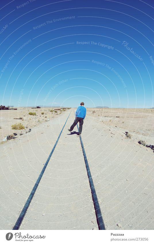 Wandering around Mensch Himmel Jugendliche Sommer Erwachsene Ferne Landschaft Freiheit Wege & Pfade Sand Horizont gehen laufen wandern 18-30 Jahre Abenteuer