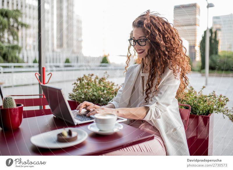Junge rothaarige Geschäftsfrau am Computer Frau Business Technik & Technologie Arbeit & Erwerbstätigkeit lernen Beautyfotografie
