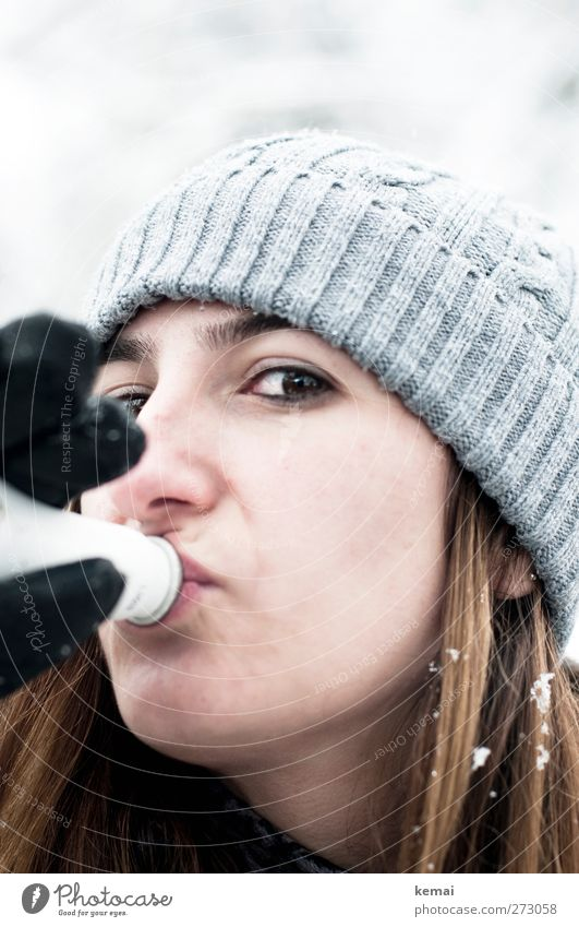 Skihase Getränk trinken Alkohol Sekt Prosecco Flasche Lifestyle Haare & Frisuren Freizeit & Hobby Ausflug Winter Schnee Winterurlaub Mensch feminin Junge Frau