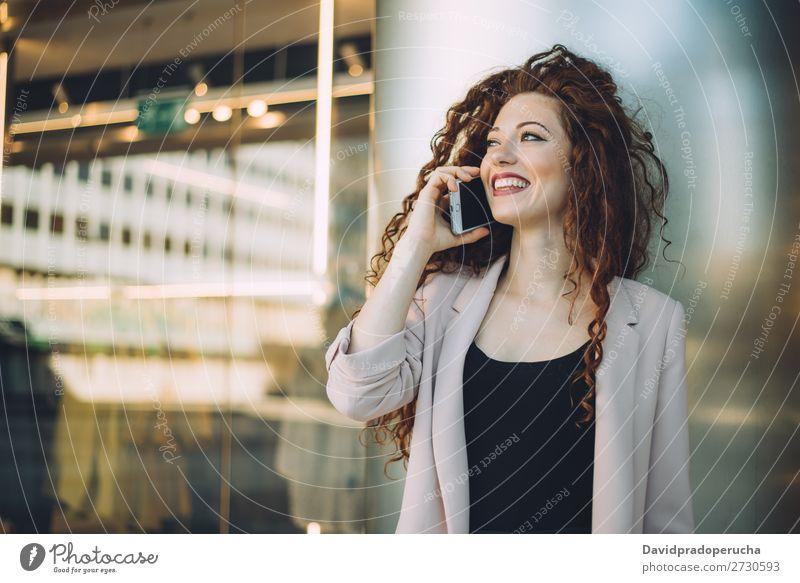 Glückliche, schöne, junge, rothaarige Frau beim Einkaufen und Sprechen auf dem Handy. Mode Lächeln Business Geschäftsfrau