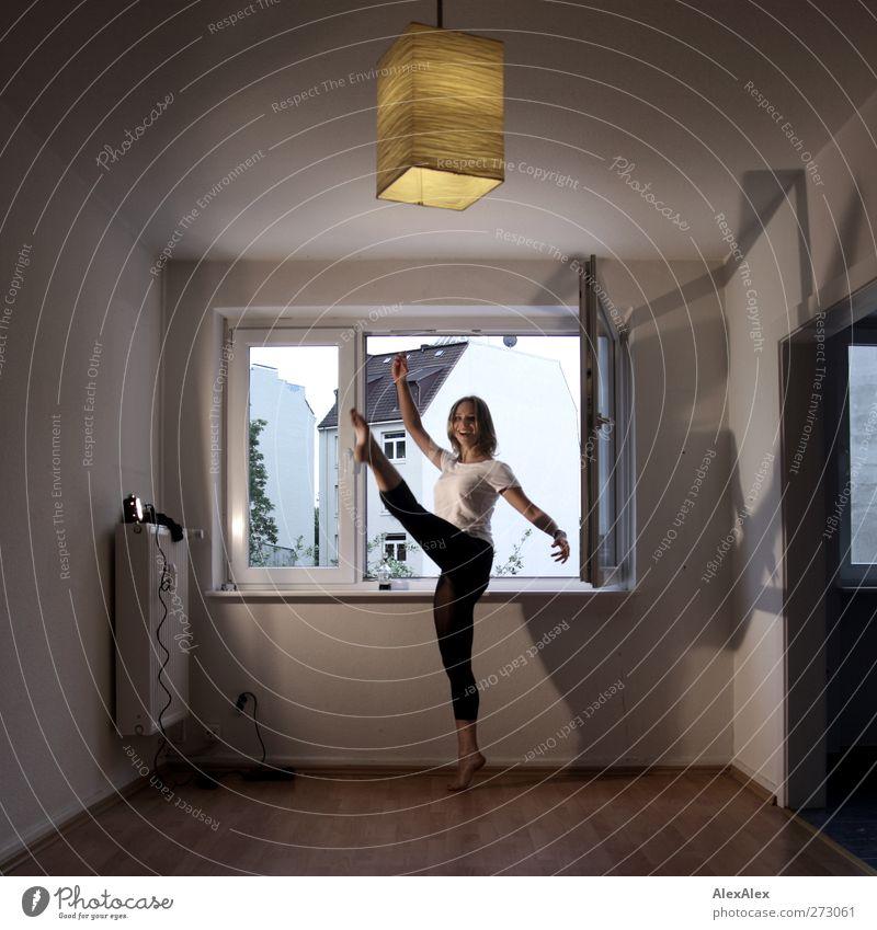 Kammerballett Freude Körper Leben Wohnung Balletttänzer Tanzen Lampe Leuchter Scheinwerfer Junge Frau Jugendliche Beine Barfuß 18-30 Jahre Erwachsene T-Shirt