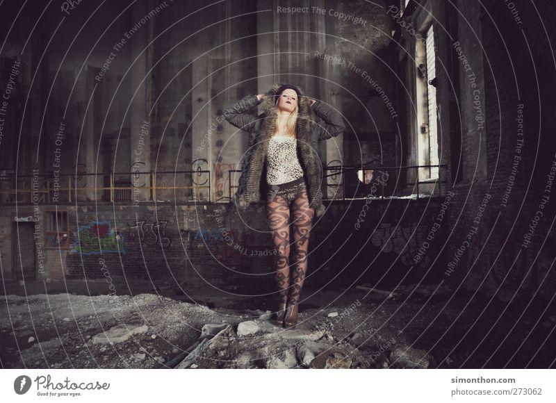ruine Mensch Jugendliche Erwachsene feminin Erotik Gefühle Stil Mode Junge Frau Körper elegant 18-30 Jahre modern Lifestyle Industrie retro