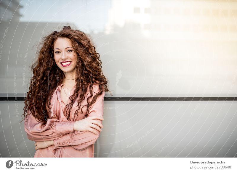 Porträt einer glücklichen, schönen, jungen, rothaarigen Frau. Lächeln Glück Gesicht Beautyfotografie