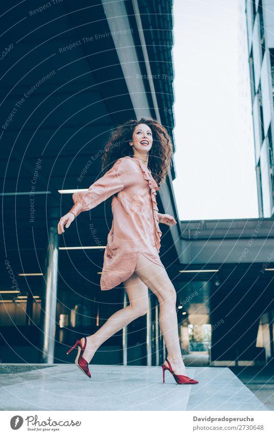 Schöne junge rothaarige Frau, die posiert. Lächeln Mode Model Glück Ingwer