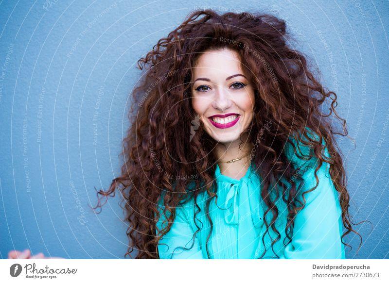 Porträt einer fröhlich schönen jungen Rothaarigen an einer bunten Wand. Frau rothaarig Lächeln Glück Gesicht Beautyfotografie Mädchen