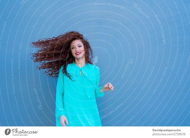 Fröhlich schöne junge rothaarige Frau, die an einer bunten Wand posiert. Lächeln Glück Gesicht Beautyfotografie Mädchen