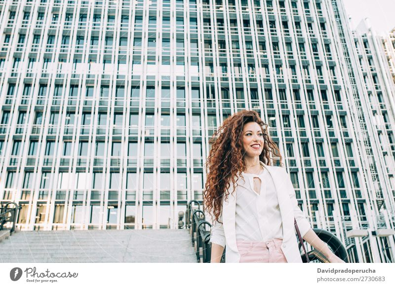 Junge rothaarige Geschäftsfrau, die die Treppe hinaufgeht. Frau Business Technik & Technologie Arbeit & Erwerbstätigkeit laufen