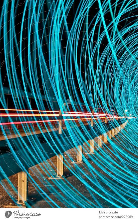 Nachts auf der Brücke Verkehr Verkehrswege Straßenverkehr Autofahren Fahrzeug PKW leuchten blau Farbfoto Außenaufnahme Kunstlicht Licht Lichterscheinung