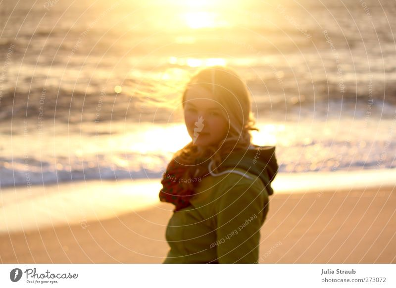 Sonnenklar Mensch Jugendliche Ferien & Urlaub & Reisen grün Sommer Sonne Meer Strand Junge Frau Erwachsene gelb feminin 18-30 Jahre Gefühle Freiheit grau