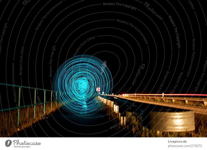 Nachts auf der Staße Kunst Verkehr Verkehrswege Straßenverkehr Autofahren Fahrzeug PKW leuchten blau gelb Farbfoto Außenaufnahme Kunstlicht Licht