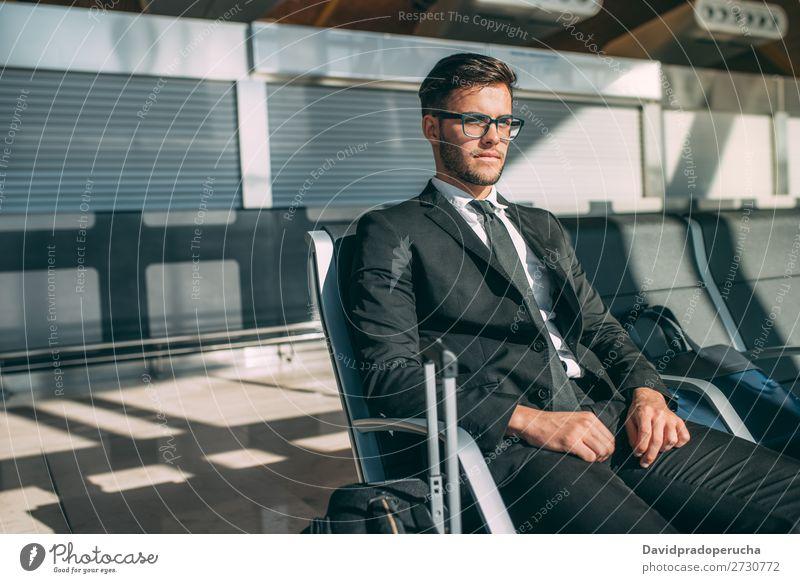 Junger Geschäftsmann am Flughafen, der auf den Flug wartet. Lifestyle Ferien & Urlaub & Reisen Ausflug Arbeit & Erwerbstätigkeit Business Mensch Mann Erwachsene