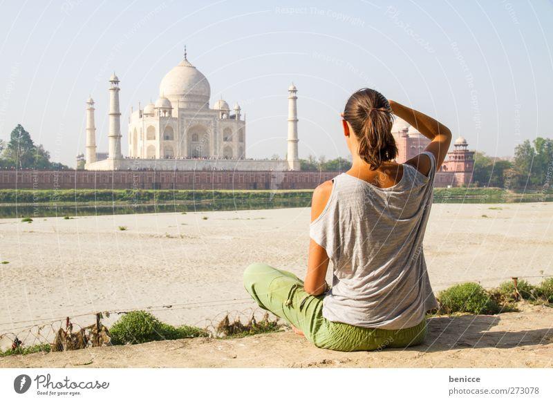 am Taj Mahal Mensch Frau Ferien & Urlaub & Reisen Sommer Erholung Gebäude Junge Frau Reisefotografie sitzen Tourismus Asien Meditation Indien Europäer Sehenswürdigkeit Tourist