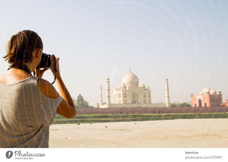 am Taj Mahal Mensch Frau Ferien & Urlaub & Reisen Sommer feminin Junge Frau Reisefotografie Tourismus Fotokamera Asien Indien Sehenswürdigkeit Tourist Sightseeing Fotograf Fotografieren