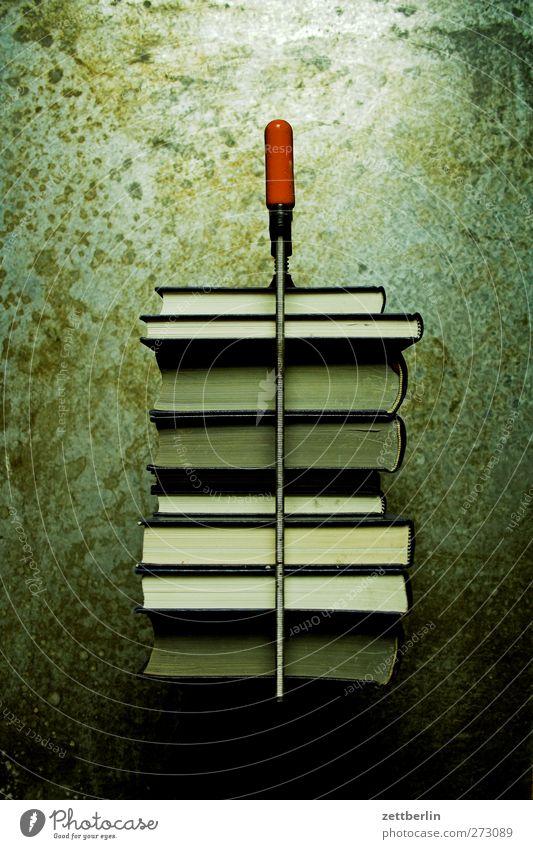 Bildungspaket Wissenschaften Schule Berufsausbildung Studium Medienbranche Printmedien Buch lesen fleißig diszipliniert Ausdauer Schraubzwinge Paket Stapel