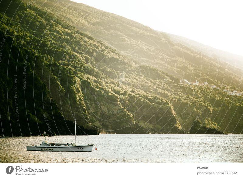 vor anker Ferien & Urlaub & Reisen Ausflug Natur Landschaft Wellen Küste Bucht Fjord Meer ruhig Wald Wasserfahrzeug Anker ankern Pause Erholung Segeln Motorboot