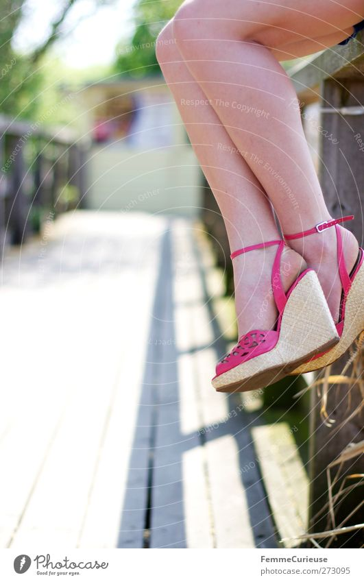 Dangling feet. Mensch Frau Jugendliche Erholung Junge Frau Erwachsene 18-30 Jahre Erotik feminin See Beine Mode rosa Park sitzen warten