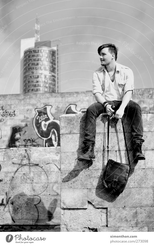 pause Mensch Jugendliche Erholung Junger Mann Graffiti Mauer Stil Haare & Frisuren modern sitzen Hochhaus warten Aussicht Pause retro entdecken