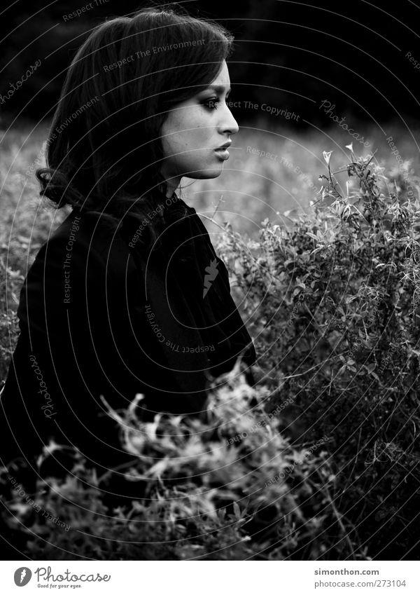 feld 1 Mensch schön Schwarzweißfoto Gefühle emotionslos gefühlsarm Gefühlskälte Sinn sinnenfreudig genießen Natur Naturliebe ruhig ruhen ruhend Ruhepunkt