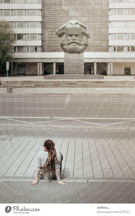 jugendlicher mensch auf menschenleerer straße vor marxmonument - jugend und politik Jugendliche 1 Mensch Chemnitz Stadt Platz Sehenswürdigkeit Wahrzeichen