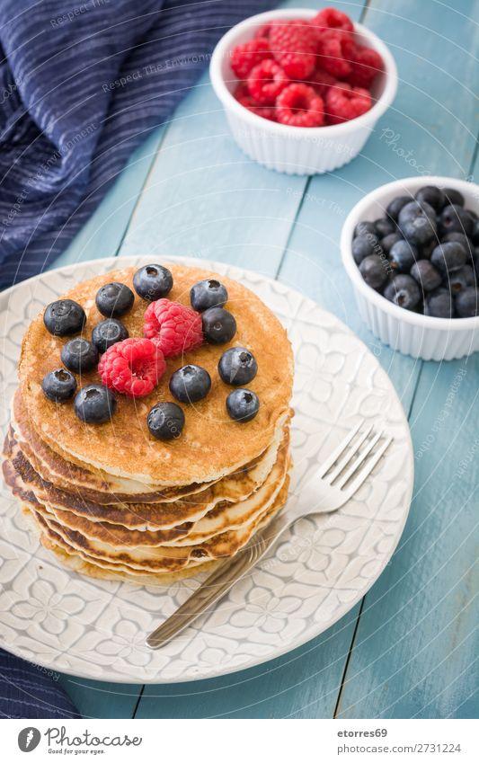 Pfannkuchen mit Himbeeren und Heidelbeeren süß Dessert Frühstück Blaubeeren Beeren blau rot backen Lebensmittel Gesunde Ernährung Foodfotografie Speise Teller