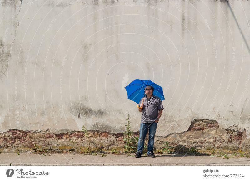 ein Mann wartet auf Regen Mensch blau Einsamkeit Haus Erwachsene Wand grau Mauer Körper Wetter Zufriedenheit Fassade außergewöhnlich warten maskulin