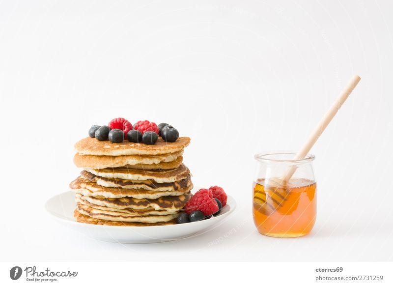 Pfannkuchen mit Himbeeren und Heidelbeeren auf Weiß Bonbon Dessert Frühstück Blaubeeren Beeren blau rot backen Lebensmittel Gesunde Ernährung Foodfotografie