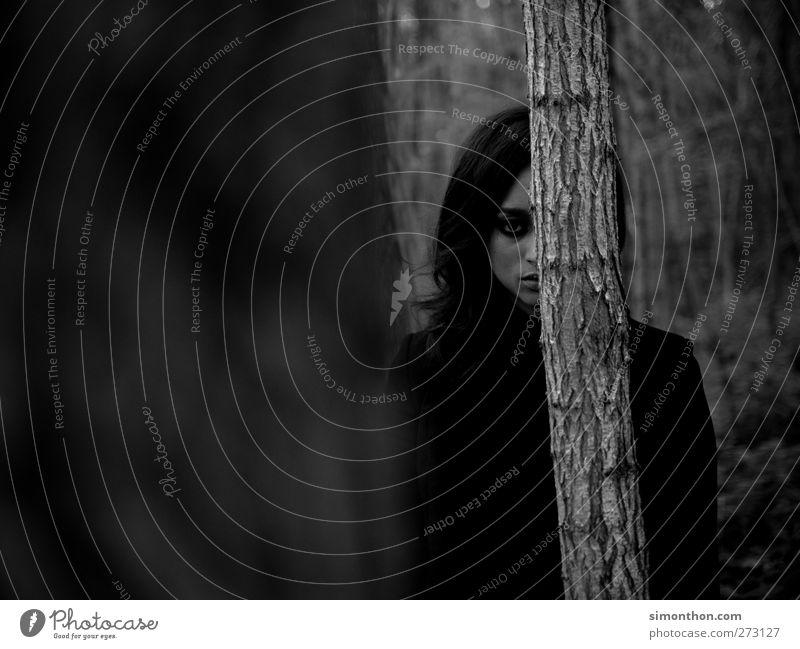 versteck Mensch Natur schön Einsamkeit feminin Gefühle Traurigkeit träumen außergewöhnlich verrückt Abenteuer Perspektive Coolness bedrohlich Trauer fantastisch