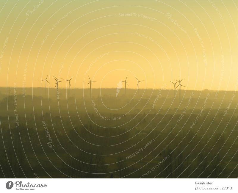 Windräder im Nebel Ferne Windkraftanlage