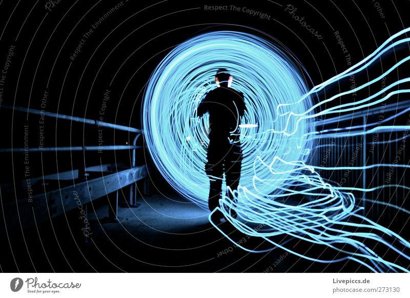 Rodden on Tour Mensch maskulin Junger Mann Jugendliche Erwachsene Körper 1 Kunst Verkehrswege Fußgänger Wege & Pfade Brücke leuchten blau Lichtspiel Farbfoto