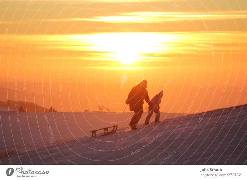 Bergauf Schlitten Rodeln Mensch Kind Frau Erwachsene 2 laufen Farbfoto Außenaufnahme Textfreiraum oben Abend Dämmerung Sonnenaufgang Sonnenuntergang aufwärts