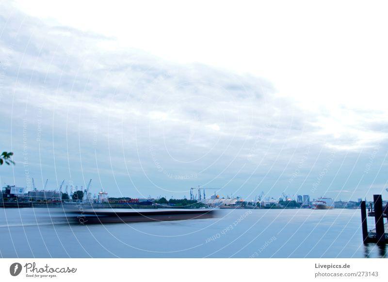 Hafen Hamburch Wirtschaft Industrie Handel Güterverkehr & Logistik Fluss Hafenstadt Menschenleer Schifffahrt Dampfschiff fahren blau schwarz weiß Wasserfahrzeug