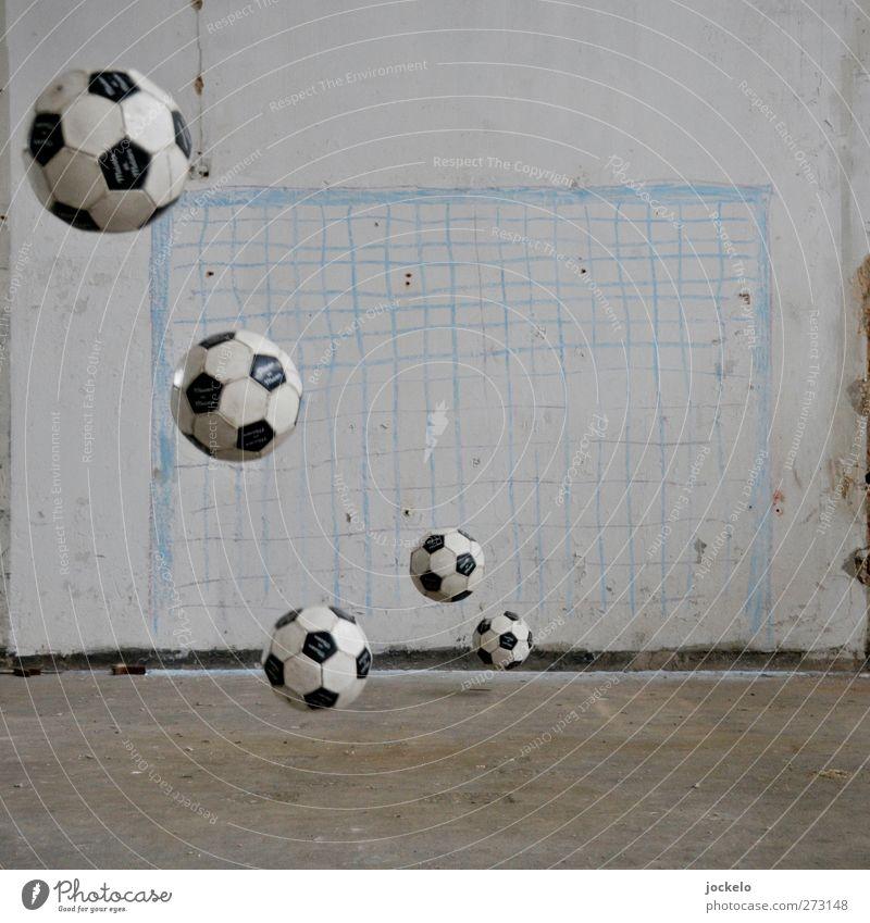 Sieg Sport Sportveranstaltung Fußball Sportstätten Fußballplatz fallen Tugend Begeisterung Euphorie Ehre Toleranz Gerechtigkeit Respekt Farbfoto Innenaufnahme