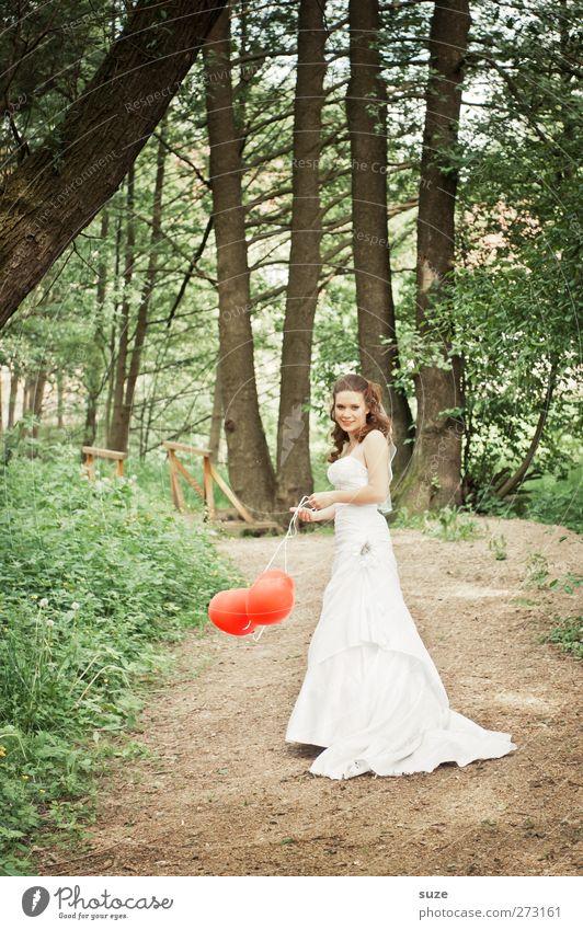 Sweetheart Mensch Frau Natur Jugendliche grün schön Baum rot Sommer Erwachsene Wald Umwelt Landschaft feminin Wege & Pfade Park