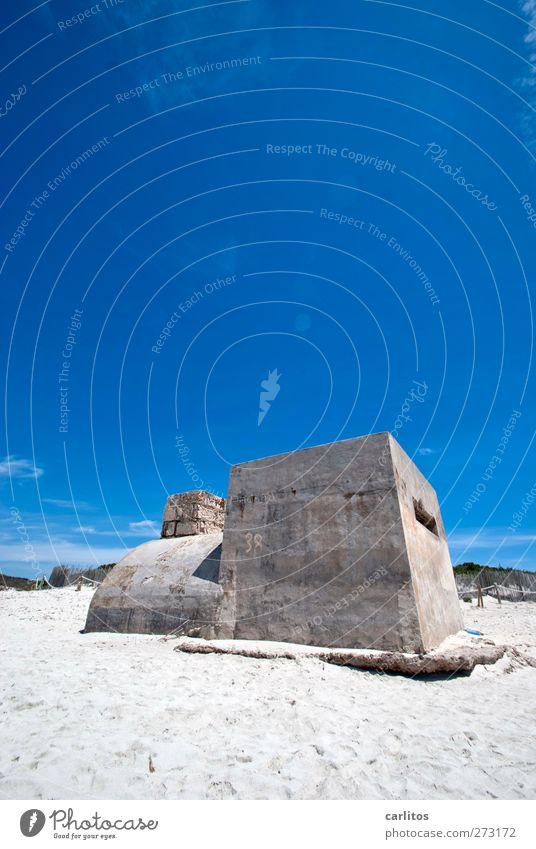 Jim Knopf und die wilde 38 Natur Luft Wolkenloser Himmel Sommer Schönes Wetter Strand Ruine Bauwerk alt blau weiß Bunker Beton eckig rund Lokomotive gehen Sand