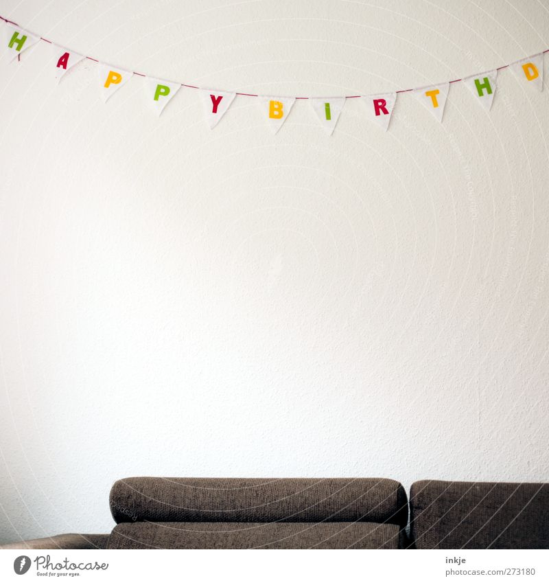 Kracherparty Häusliches Leben Dekoration & Verzierung Sofa Raum Wohnzimmer Party Feste & Feiern Geburtstag Girlande Schriftzeichen Fahne hängen trist braun