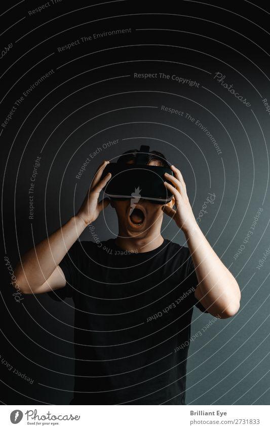 Oh schreck! Mensch Jugendliche Junger Mann Lifestyle Gefühle Freizeit & Hobby Angst maskulin 13-18 Jahre Technik & Technologie Zukunft gefährlich Brille