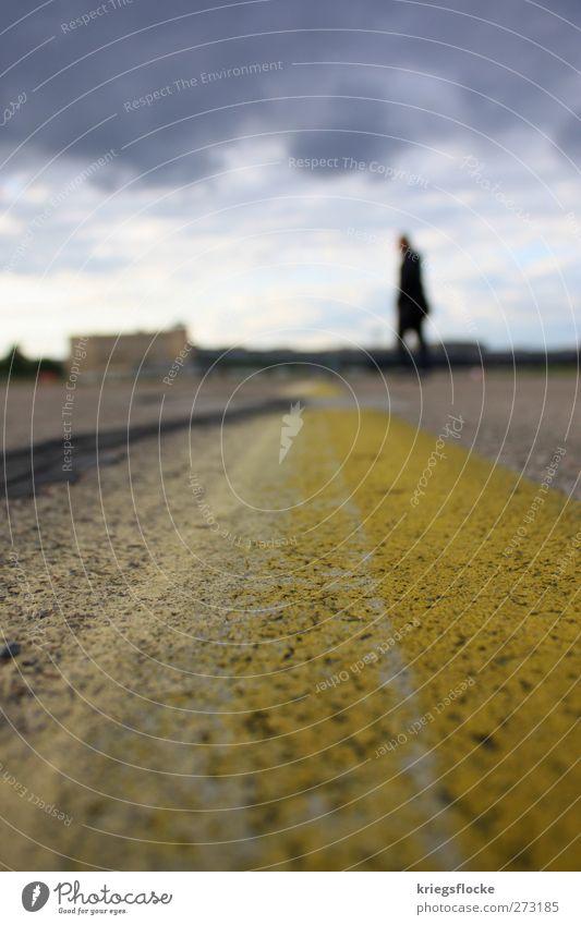 Der Mann an der Linie Mensch Stadt Wolken gelb Straße grau Stein Denken Linie laufen Schilder & Markierungen Platz Beton stehen Verkehrswege Flughafen