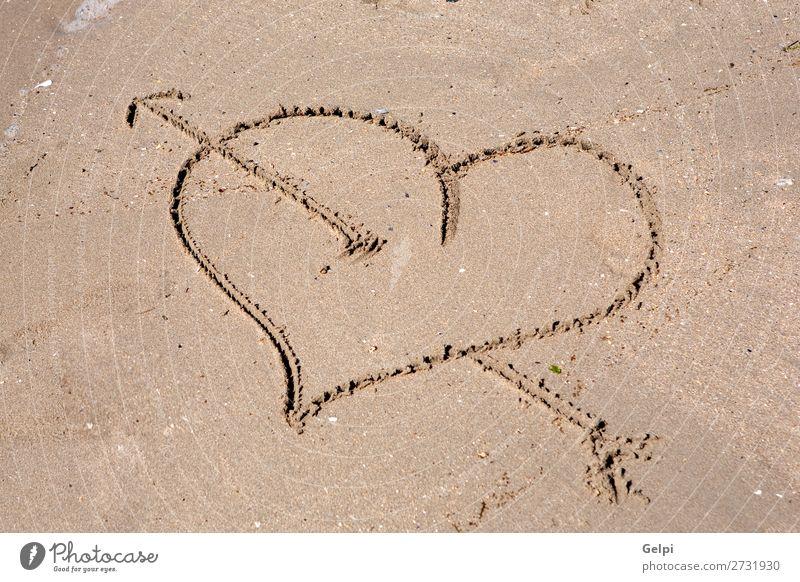 Herz graviert auf dem nassen Sand schön Sommer Strand Meer Küste Liebe zeichnen schreiben gold Gefühle Leidenschaft Romantik Schwärmerei schnitzen Charakter