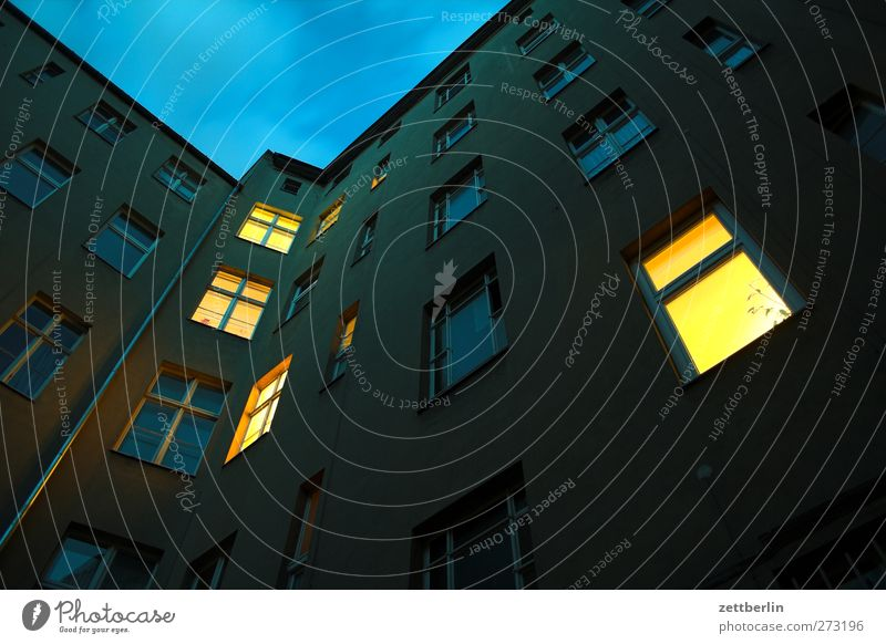 Abends alt Stadt Haus Fenster Wand Mauer Gebäude Bauwerk erleuchten Stadtzentrum Abenddämmerung Hauptstadt Hinterhof Altbau Innenhof Stadthaus
