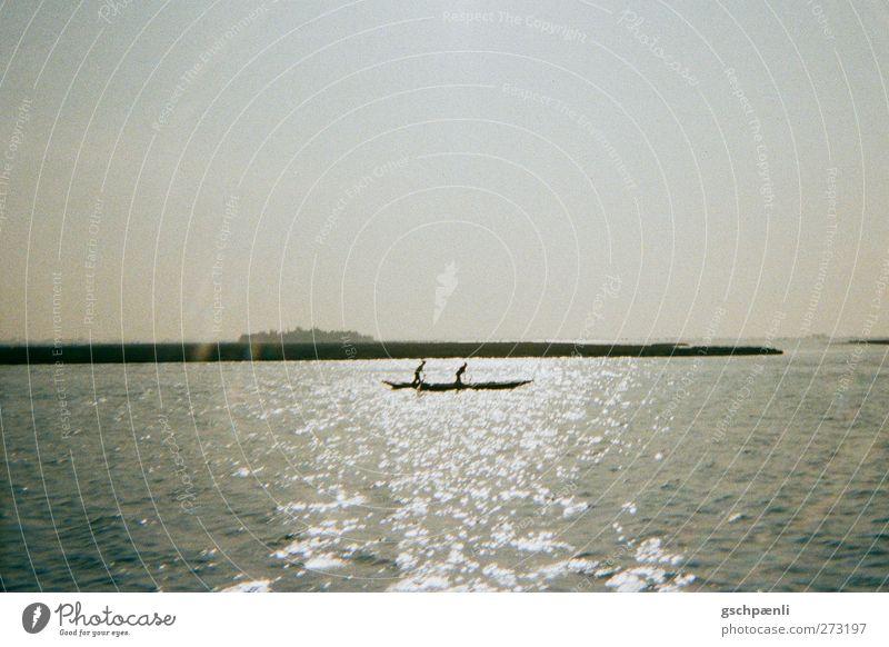 Rudern im Glitzermeer Sport Fitness Sport-Training Wassersport Schönes Wetter Küste Meer Ruderboot Wasserfahrzeug ästhetisch Farbfoto Außenaufnahme Polaroid