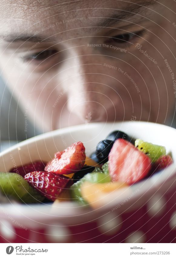 mariechen Mensch Gesicht Auge Frucht Nase Ernährung Gesunde Ernährung Appetit & Hunger Frühstück lecker Duft Geruch Schalen & Schüsseln wählen saftig Erdbeeren