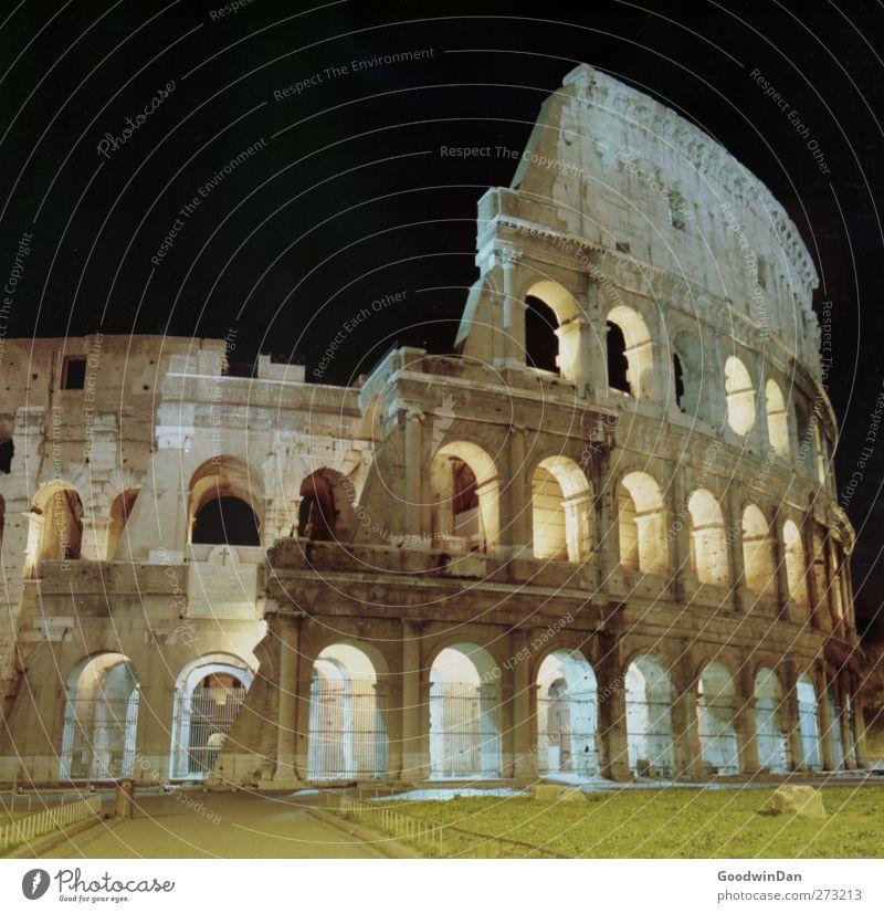 11 Stunden Rom. Kolosseum Stadt Hauptstadt Stadtzentrum Altstadt Bauwerk Gebäude Architektur Fassade Sehenswürdigkeit Wahrzeichen Denkmal alt dunkel frei groß