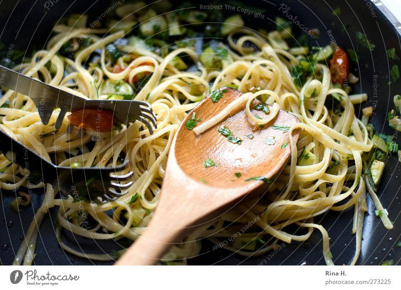 Bavette Nr. 13 Lebensmittel Teigwaren Backwaren Paste Nudeln Spaghetti Ernährung Vegetarische Ernährung Italienische Küche Pfanne Kochlöffel authentisch