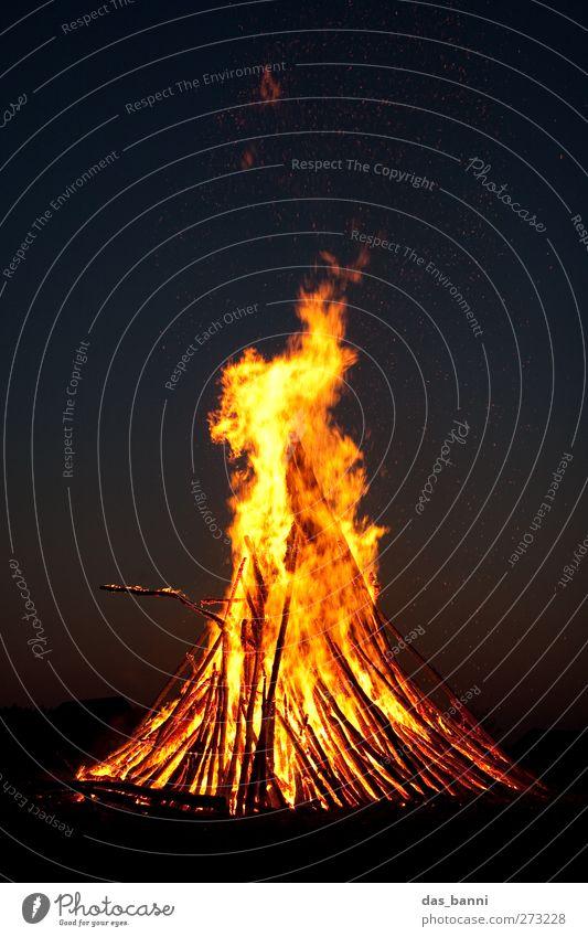 burn² Umwelt Natur Urelemente Feuer Himmel Nachthimmel Wärme bedrohlich dunkel groß gelb rot schwarz Abenteuer Osterfeuer Scheiterhaufen gefährlich brennen Holz