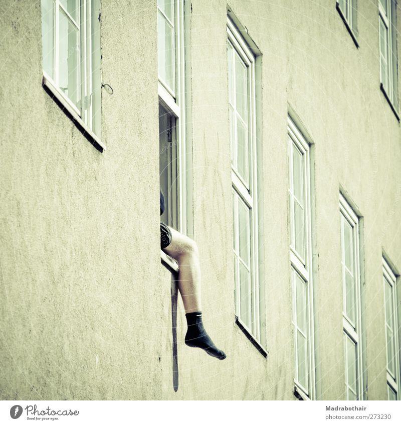 Studentenleben Mensch Jugendliche Stadt Haus Erwachsene Erholung Fenster Wand Mauer Beine Fuß Junger Mann Fassade sitzen maskulin 18-30 Jahre