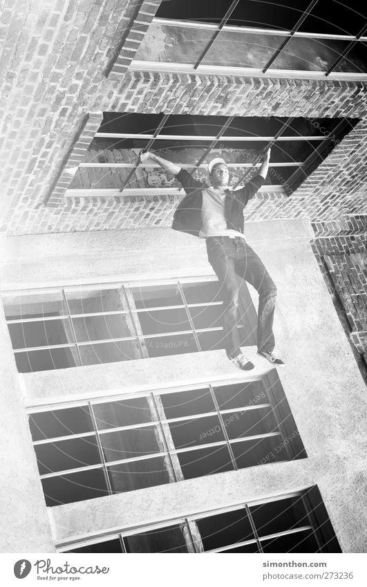 parkour 1 Mensch anstrengen Stress Bewegung bizarr Kraft Leichtigkeit Leistung skurril stagnierend Surrealismus Le Parkour hängen Fenster Gebäude falsch
