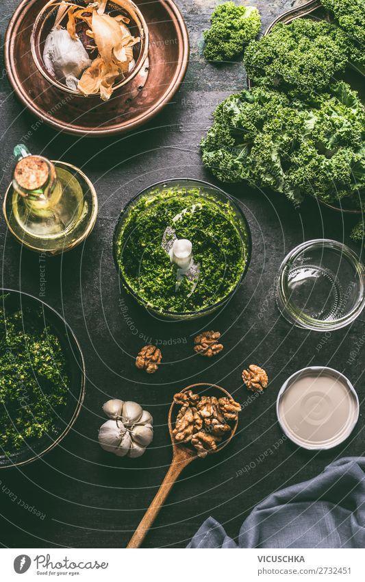 Grünkohl Pesto Zutaten im Mixer Lebensmittel Gemüse Ernährung Bioprodukte Vegetarische Ernährung Diät Geschirr Design Gesunde Ernährung Essen zubereiten
