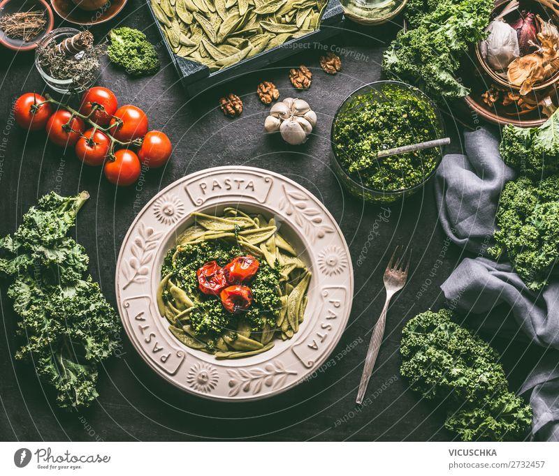 Grüne Nudeln mit Grünkohl Pesto und gegrillten Tomaten Lebensmittel Gemüse Ernährung Mittagessen Bioprodukte Vegetarische Ernährung Diät Italienische Küche