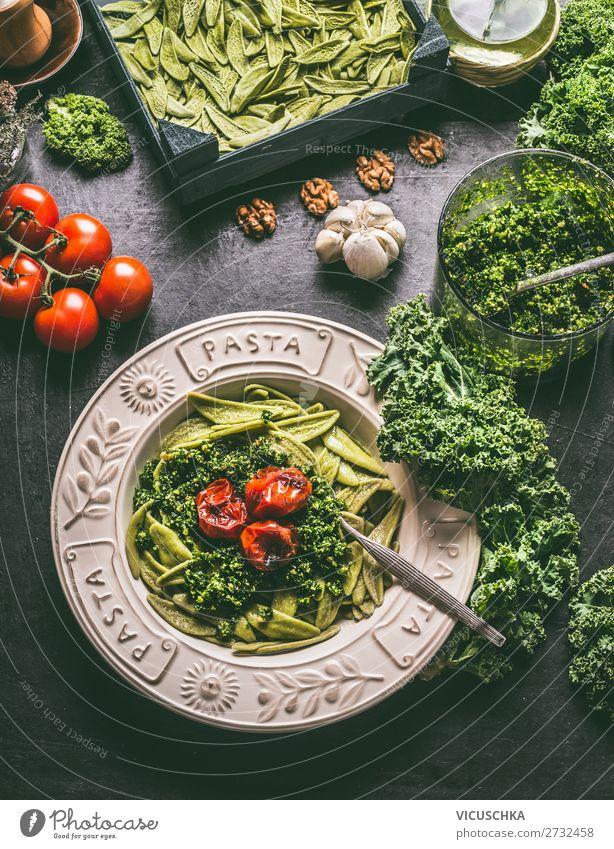 Pasta mit Grünkohl Pesto und gegrillten Tomaten Lebensmittel Gemüse Kräuter & Gewürze Ernährung Bioprodukte Vegetarische Ernährung Diät Teller Stil