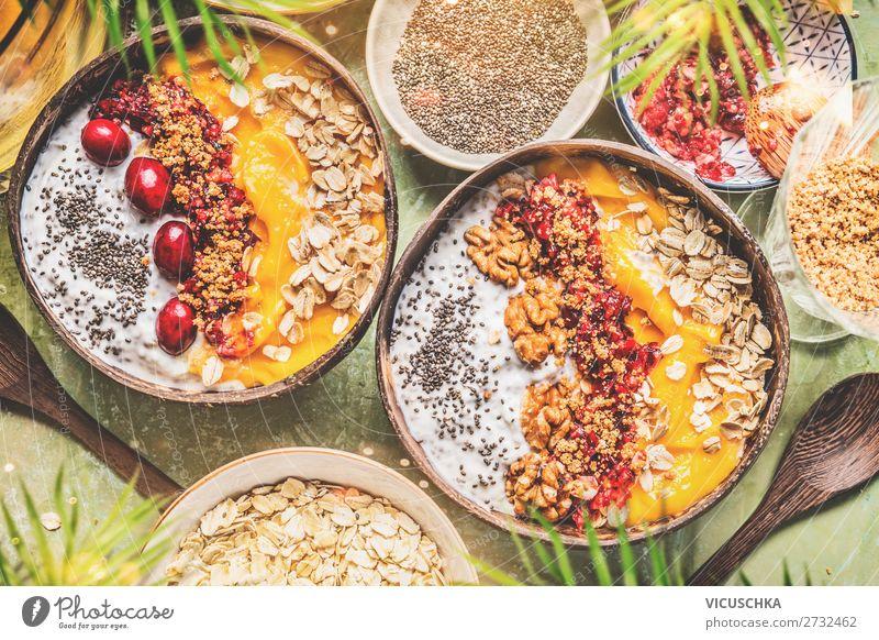 Smoothie bowls mit Obst, Müsli und Nüsse Lebensmittel Joghurt Frucht Getreide Ernährung Frühstück Bioprodukte Vegetarische Ernährung Diät Geschirr Stil